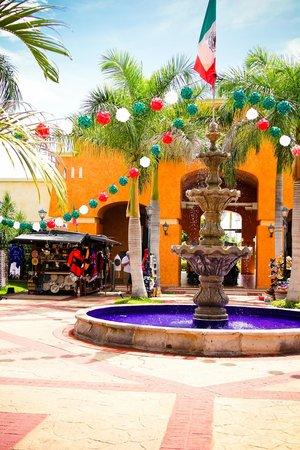 Barceló Maya Palace: Mexicana Plaza - Barcelo Maya Colonial