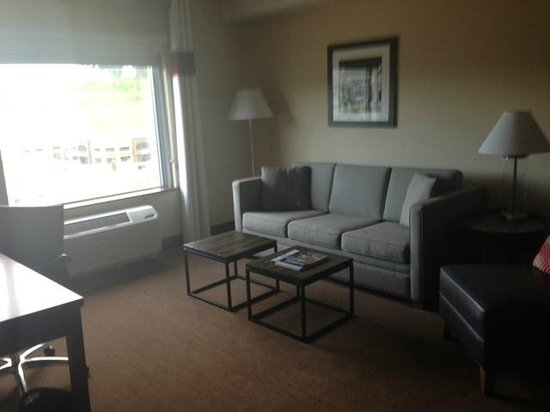 Four Points by Sheraton Kelowna Airport: Living area