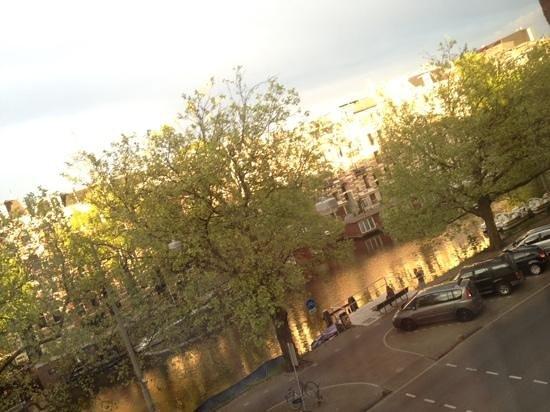 NL Hotel District Leidseplein: desde la ventana de la habitación, hacia el canal.