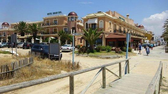 Gran Sol Hotel: Gran Sol, hoofdgebouw en receptie rechts, duurdere kamers en zwembad  links
