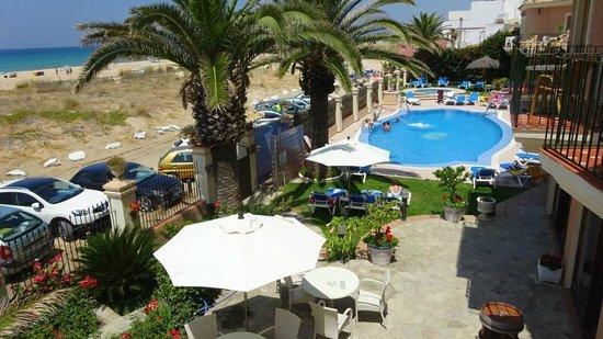 Gran Sol Hotel: Zwembad en strand naast elkaar.