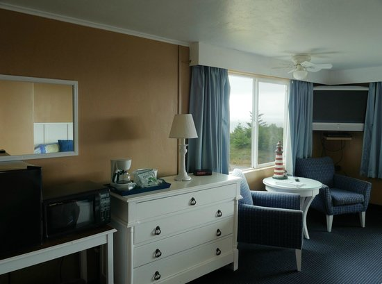 Sea Crest Motel: Mini-fridge (left), microwave, large TV