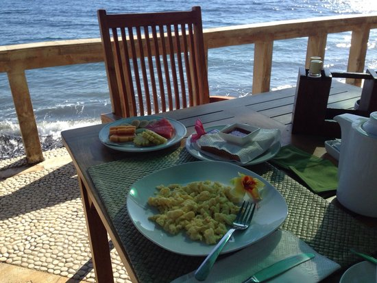 Poinciana Oceanside Resort & Retreat Centre: Breakfast on the terrace by the sea