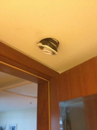 Sheraton Barra Rio de Janeiro Hotel: Luminária do banheiro prestes a cair na nossa cabeça.