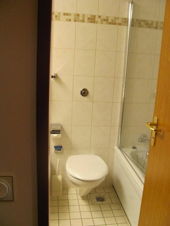 Maritim Airport Hotel Hannover : The Bathroom