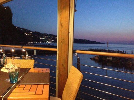 Ristorante La Marinella: Un locale elegante con una vista che è una poesia