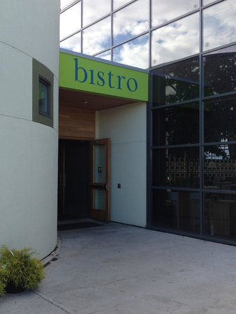 Glasshouse Bistro and Cafe: Evening entrance