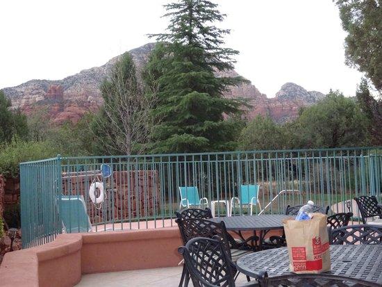 Casa Sedona Inn: Hot tub beneath Thunder Mountain
