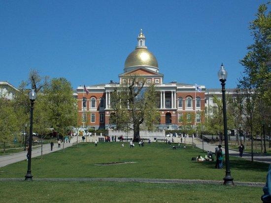 Boston Public Garden: Vista de la casa del estado de Massachusett