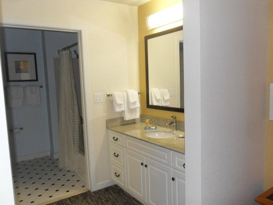 HYATT house White Plains : Bathroom and dressing area