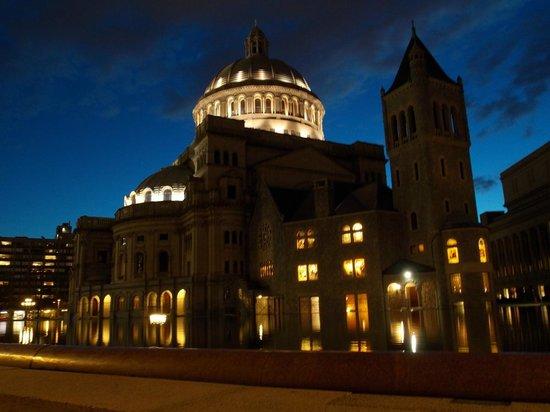 The Midtown Hotel: Edificio Iglesia Cientifica frente al hotel de noche