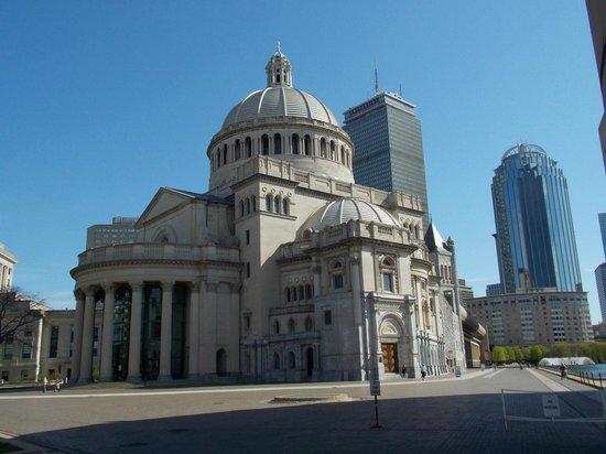 The Midtown Hotel: Edificio Iglesia Cientifica frente al hotel de día