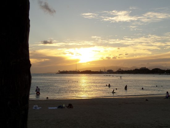Ala Moana Beach Park: sunset view from the south end