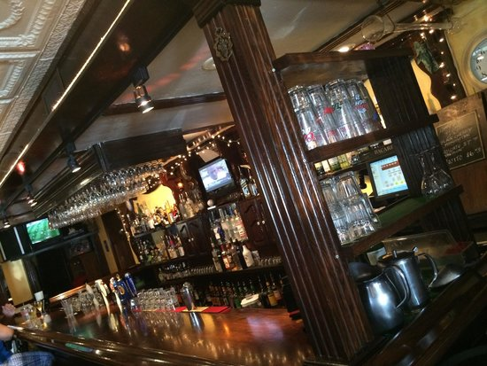Sharky's Seagrill : Wonderful Bar Area!