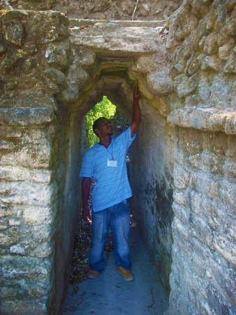 Maya-Ruinen und Museum von Cahal Pech: Exploring the structures