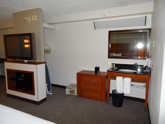Hyatt Place Orlando/Convention Center: TV and cabinet