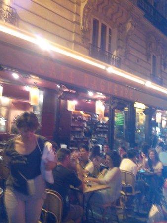 Cafe Daguerre: Terrasse sur la rue Daguerre