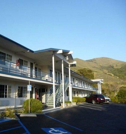 Travelodge San Luis Obispo: El hotel desde la cochera