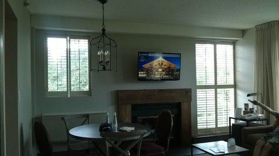 Manoir Saint-Sauveur: HD TV and Chalet Style Light