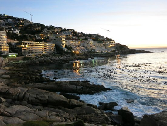 Avanti Guesthouse: Bantry Bay at night; just steps from Avanti