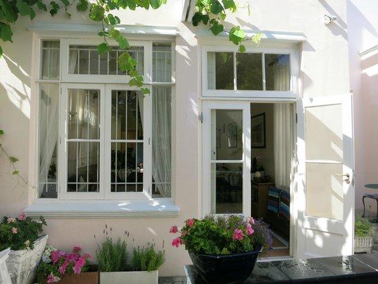 Avanti Guesthouse: Back patio