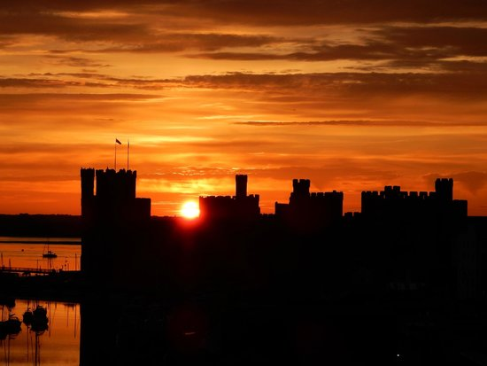 Totters Backpackers: Amazing sunset by the castle