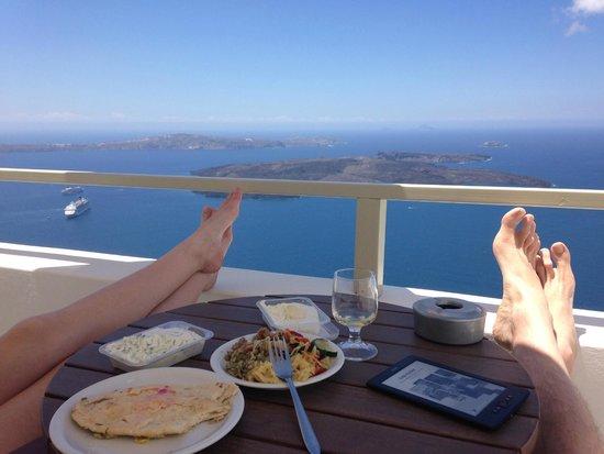 Irida Santorini : Relaxing on the patio