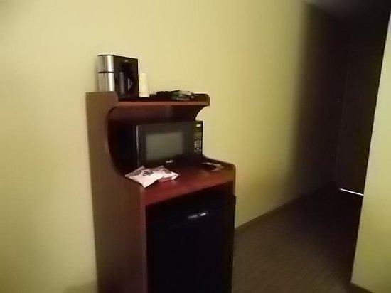 Clarion Inn Dayton Airport: Microwave, fridge, coffee maker