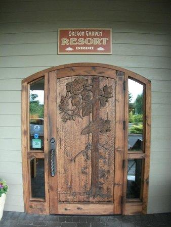Oregon Garden Resort: entrance to main building