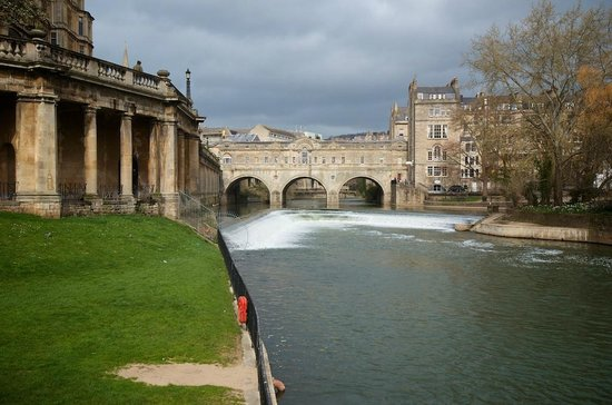 Pulteney Bridge, as seen from the gardens