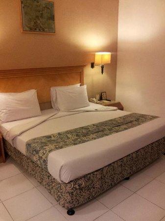 Kuta Station Hotel: Room - HUGE bed