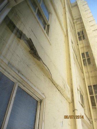 Hotel Metropolis: Rachaduras graves na parede do hotel, vistas da janela do meu quarto