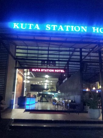Kuta Station Hotel: Lobby view from the street at night