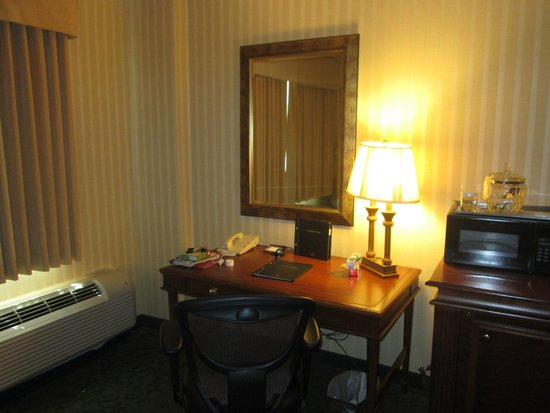 Hilton Northbrook: Room 304 Desk