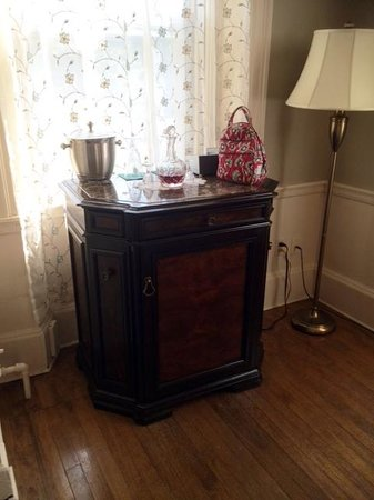 Inn by the Bandstand: Windsow Suite mini fridge, complimentary night cap, and iHome set up