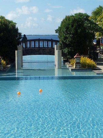 Crimson Resort and Spa, Mactan: infinity pool