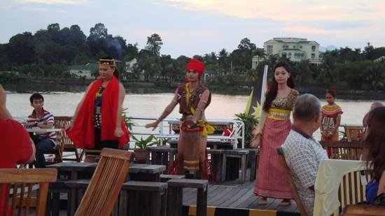 Sarawak River Cruise : Cultural Show on the deck