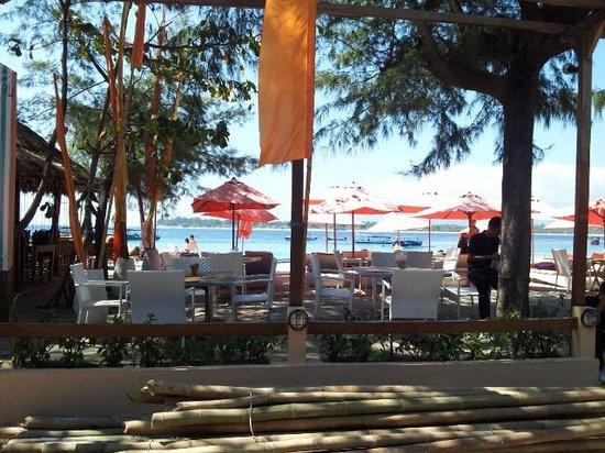 Laguna Gili Beach Resort : Across the 'road' dining and beach area