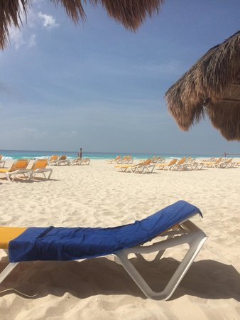 Iberostar Cancun: Пляж. Вид с первой линии зонтиков.