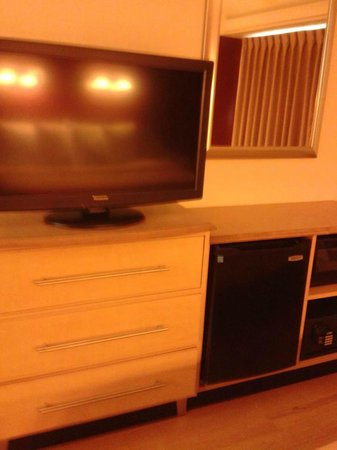 Red Roof Inn Louisville Fair And Expo: TV, Drawers, Microwave and Mini Fridge
