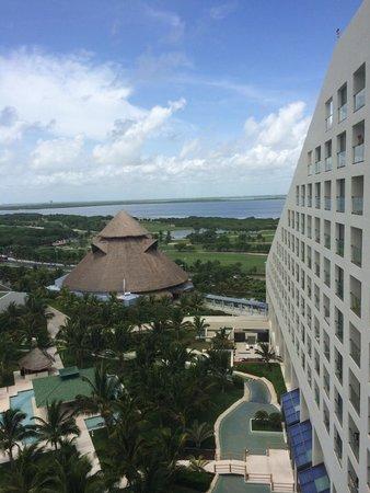Iberostar Cancun: Виз из номера 727.Видны номера без балконов. Но если при смотреться, то можно увидеть, что на бо