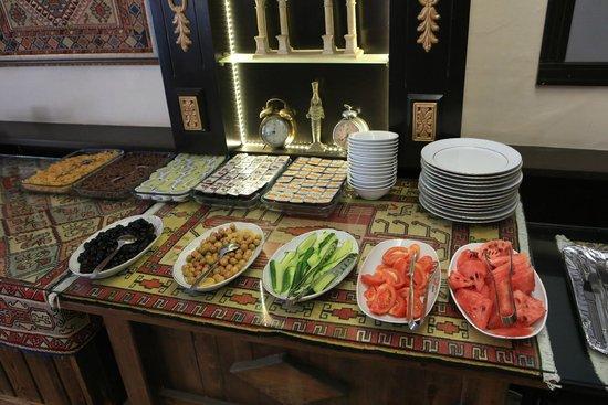 Jimmy's Place: Breakfast buffet line