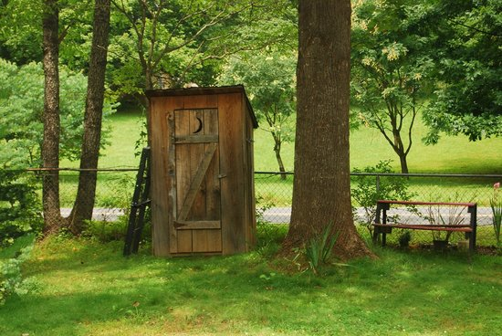 Catawba Falls Campground: Outhouse