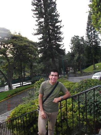 Hotel Aristos Mirador Cuernavaca: Inmedaciones del estacionamiento del hotel.