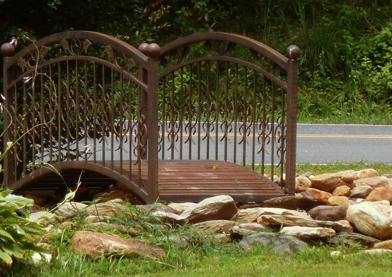 Catawba Falls Campground: Bridge on grounds