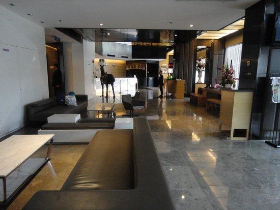 Horizon Hotel: Recepção ao fundo á esquerda e balcão de viagens á direita