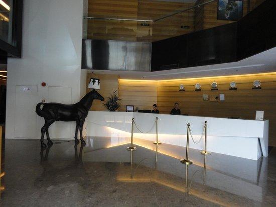 Horizon Hotel: Recepção. Á direita está o restaurante