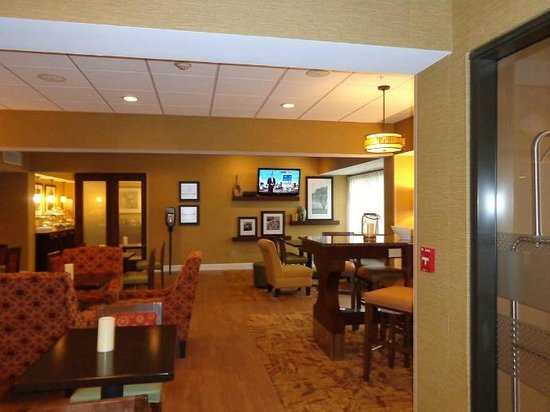 Hampton Inn Lagrange near Callaway Gardens: sitting area near lobby