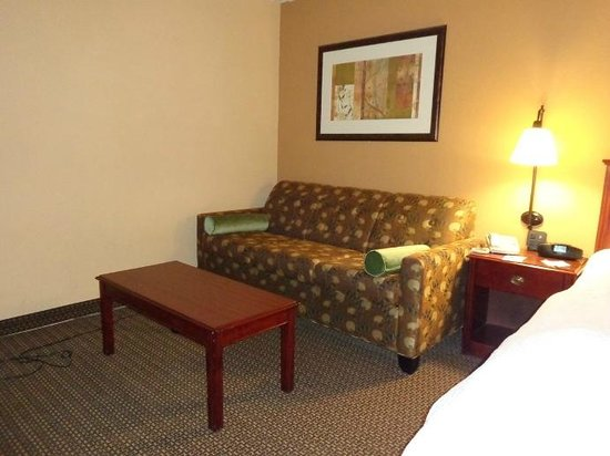 Hampton Inn Lagrange near Callaway Gardens: sitting area in room