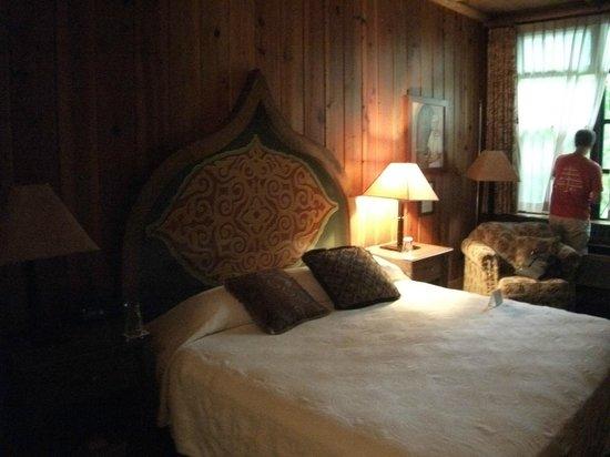 McMenamins Old St. Francis School: hotel room